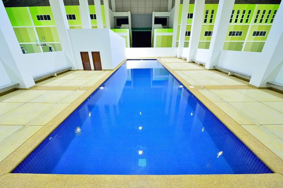 สระว่ายน้ำ ภายในอาคารกีฬาในร่ม